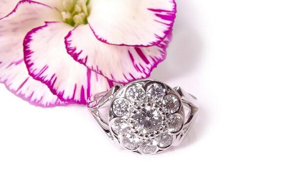 Vigselring i blomform med diamanter