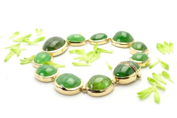Guldarmband med tsavoriter och gröna diamanter i låset