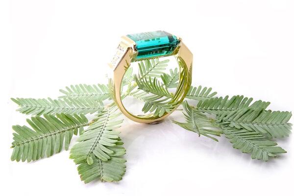 Coctail ring i guld med diamanter o turmalin