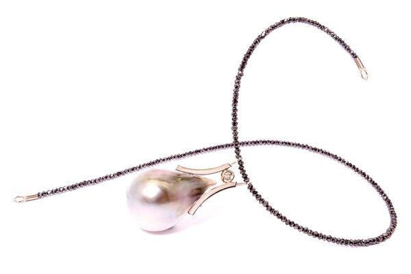 Pärlhänge med barockpärla i guld och svarta diamanter