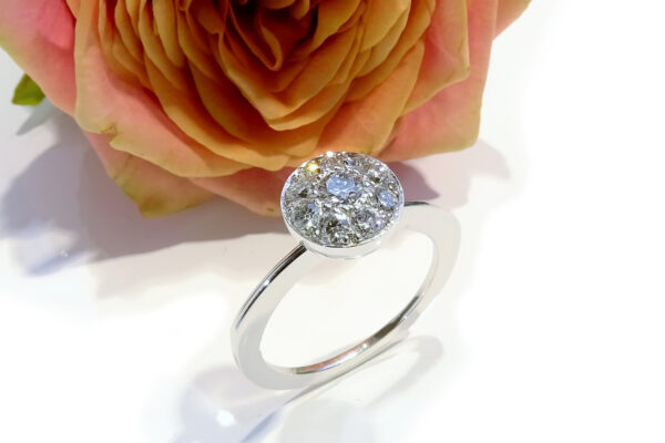 Vigselring med paveinfattade diamanter på 0.60ct