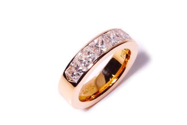 Vigselring med princesslipade diamanter