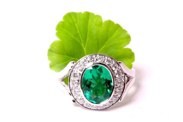 Vitguldsring med smaragder och diamanter